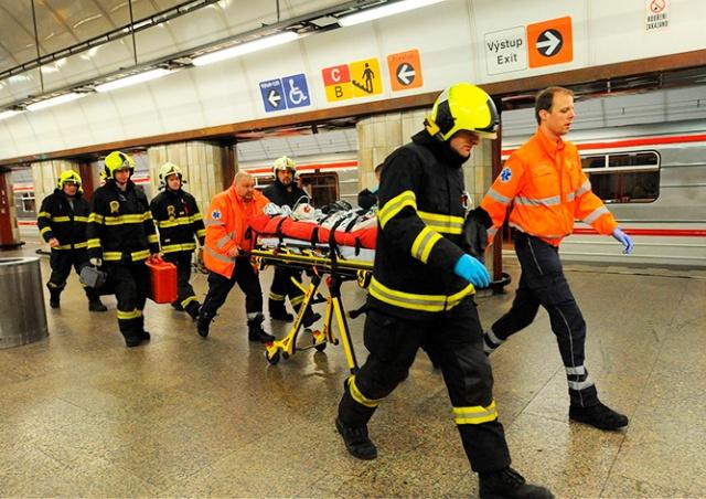 Женщина бросилась под поезд в метро Праги