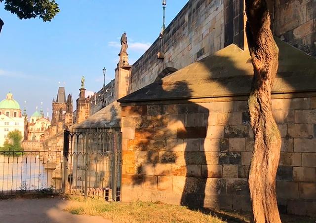 Прага заплатит реставратору за доочистку Карлова моста от граффити
