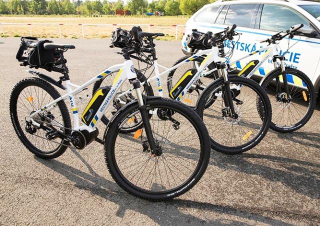 Пражских полицейских пересадили на электровелосипеды