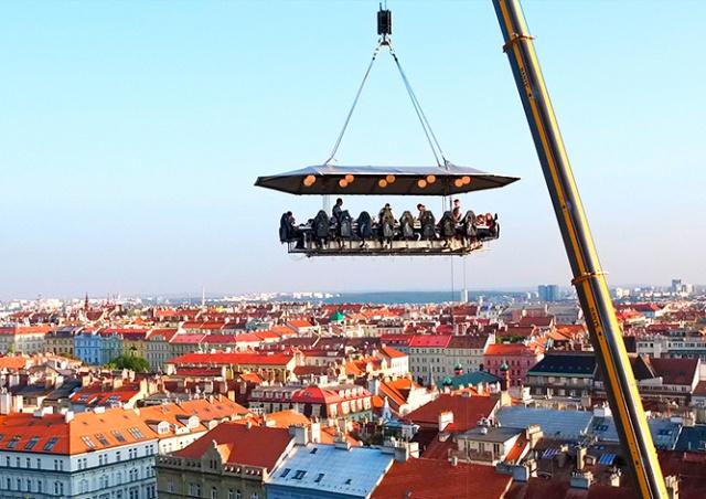 В центре Праги откроется аттракцион «Ужин в облаках»
