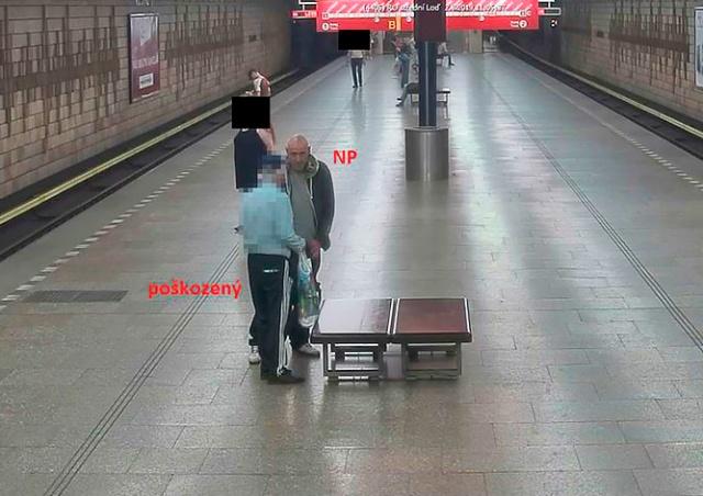 В пражском метро неизвестный ударил и ограбил пенсионера. Никто не помог