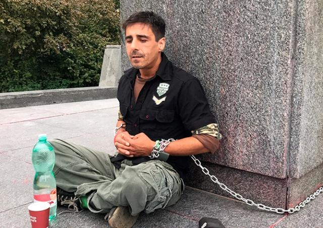 В Праге активист приковал себя к памятнику Коневу: видео