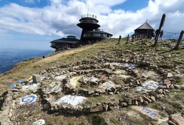 Создатели каменной мандалы на Снежке  заплатили штраф