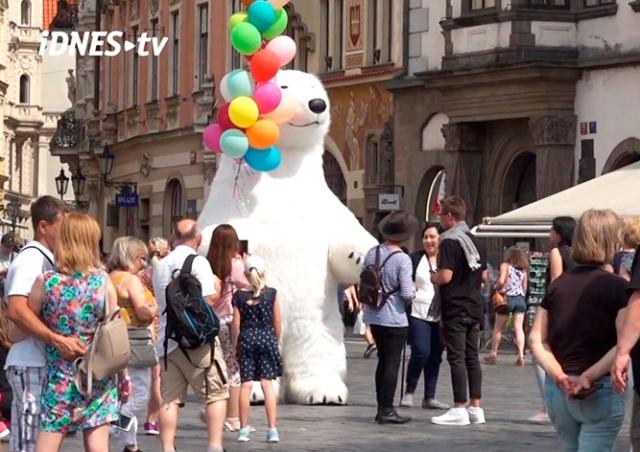 В Праге вступил в силу запрет на ростовые куклы и мыльные пузыри