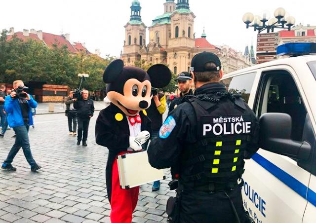 В центре Праги оштрафовали Микки-Мауса