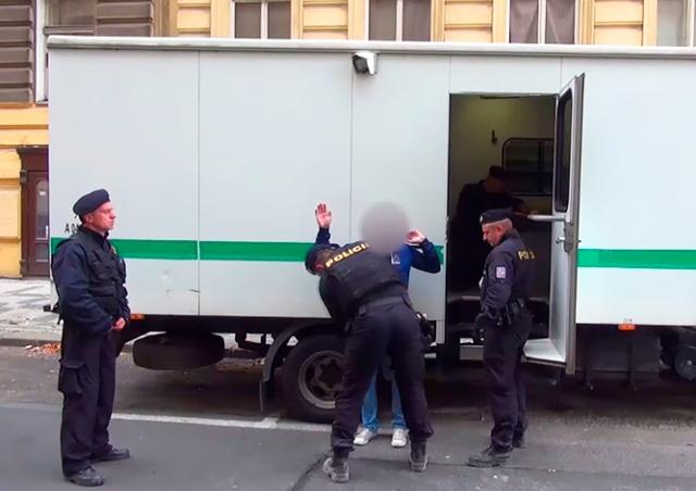 Полиция по делам иностранцев обнаружила на пражских стройках 48 нелегалов: видео