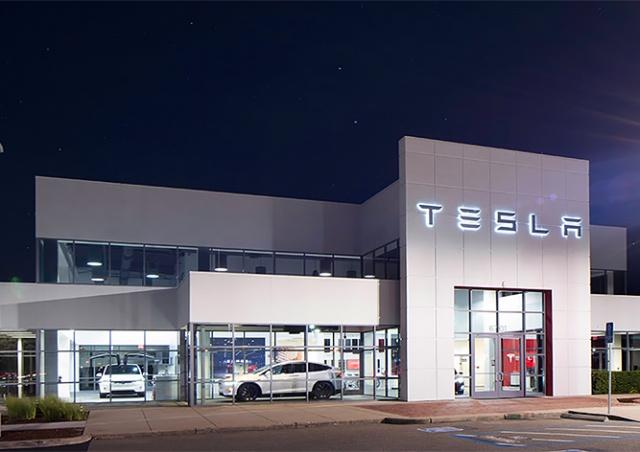 Tesla открывает в Праге свой первый магазин