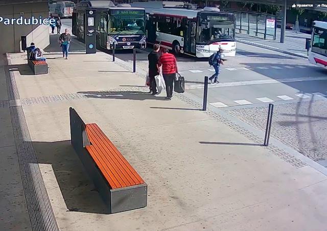 В Чехии троллейбус сбил школьника на «неправильной зебре»: видео