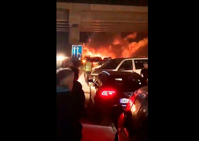 На автомагистрали в Чехии загорелась цистерна с пальмовым маслом: видео