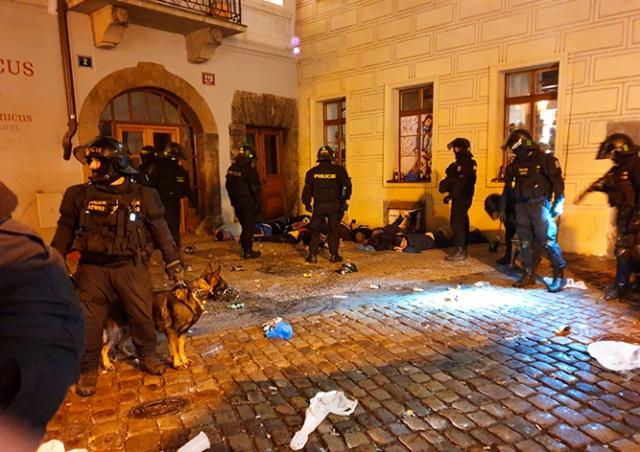 Футбольные хулиганы разнесли бар в центре Праги: видео