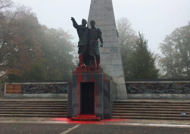 Вандалы осквернили памятник Красной армии в Остраве