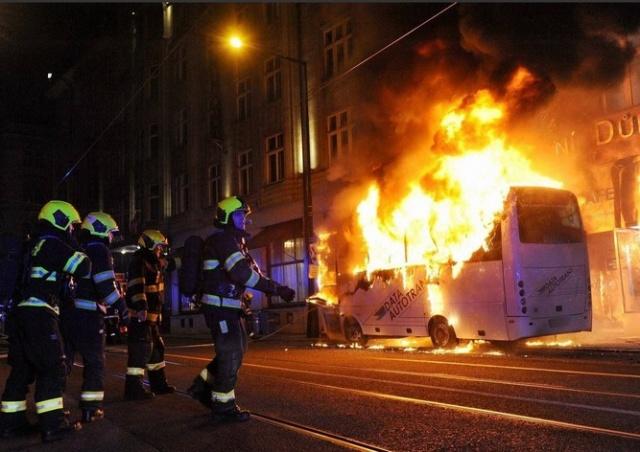 В центре Праги сгорел автобус: видео