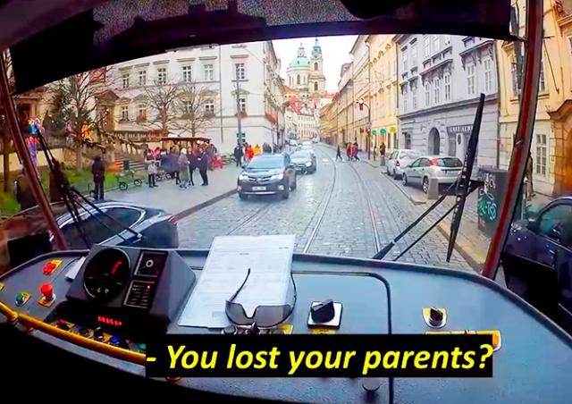 Доброе видео: водитель пражского трамвая помог потерявшемуся ребенку