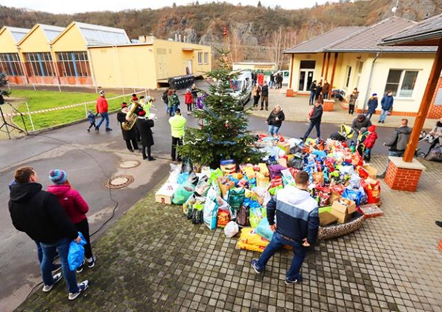 Пражане подарили бездомным собакам на Рождество годовой запас корма
