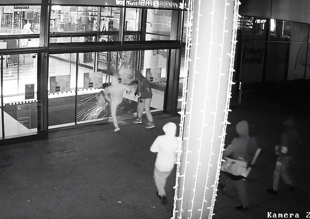 Грабители вынесли из пражского ТЦ товаров на 20 млн крон: видео