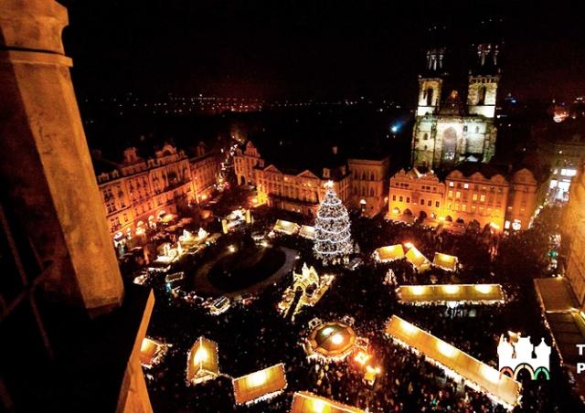 В Праге зажгли главную рождественскую ёлку страны: видео