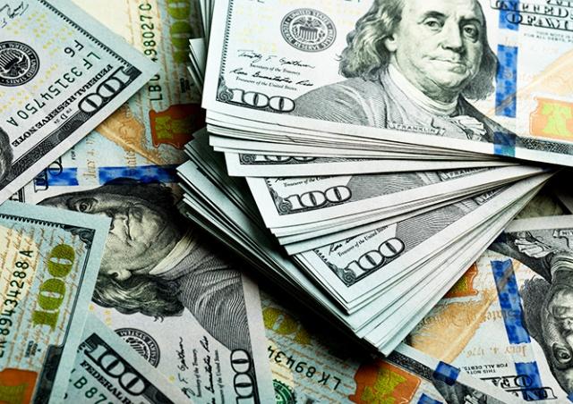 Пенсионер нашел в купленном диване $43 тыс.