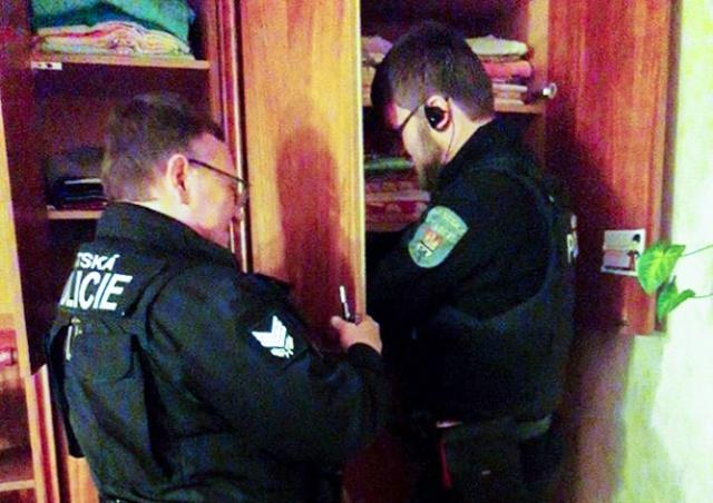 Пражские полицейские разобрали шкаф и спасли попугая в новогоднюю ночь
