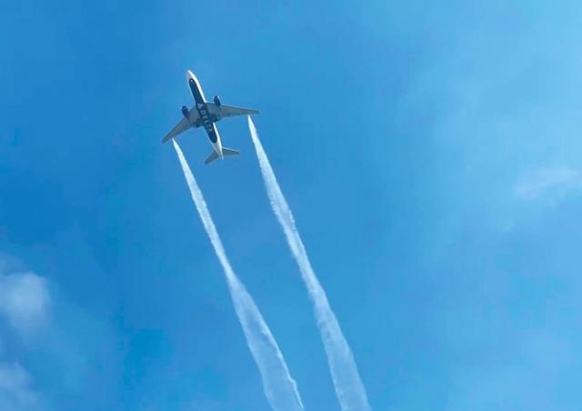 В США самолет сбросил топливо перед экстренной посадкой: 60 пострадавших