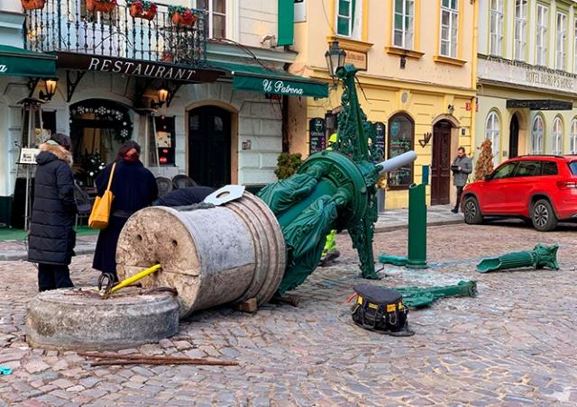 Мусоровоз в центре Праги снес исторический фонарь: ущерб 2 млн крон