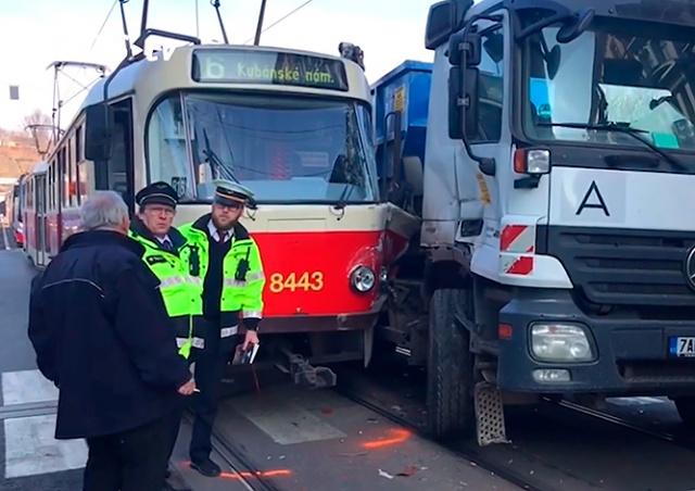 Трамвай столкнулся с грузовиком в центре Праги