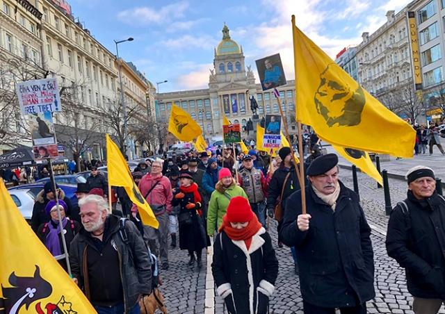 В центре Праги прошел марш за восстановление монархии