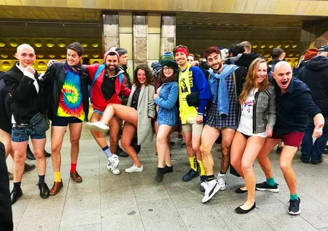 Пражане прокатились в метро без штанов: видео