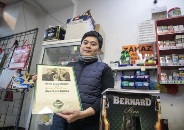 Благородный владелец чешской «вечерки» продал годовой запас пива и отдал деньги детям