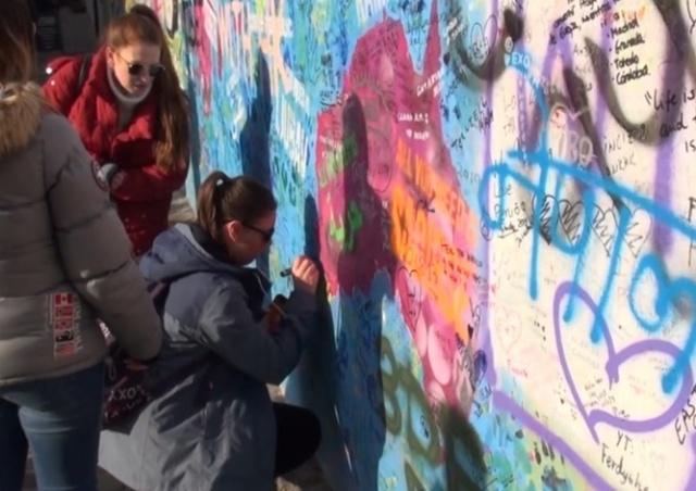 Туристы продолжают раскрашивать стену Леннона, несмотря на запрет