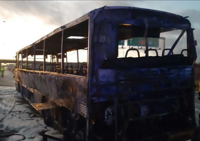 На D1 близ Праги сгорел автобус