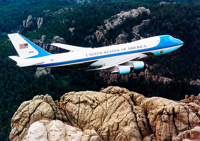 Помните, как самолет Трампа облетел Брно? Мы собрали лучшие интернет-шутки