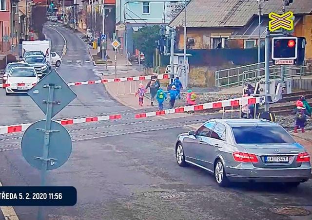 В Праге воспитательницы повели детей через переезд на красный свет: видео