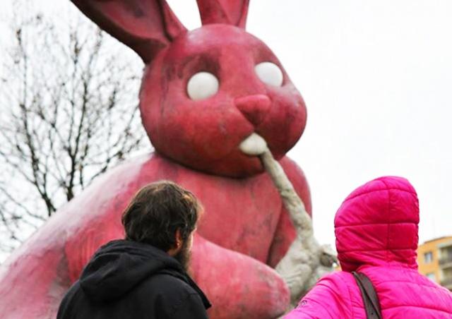 Жители чешского города решили оставить скульптуру кролика, пожирающего человека