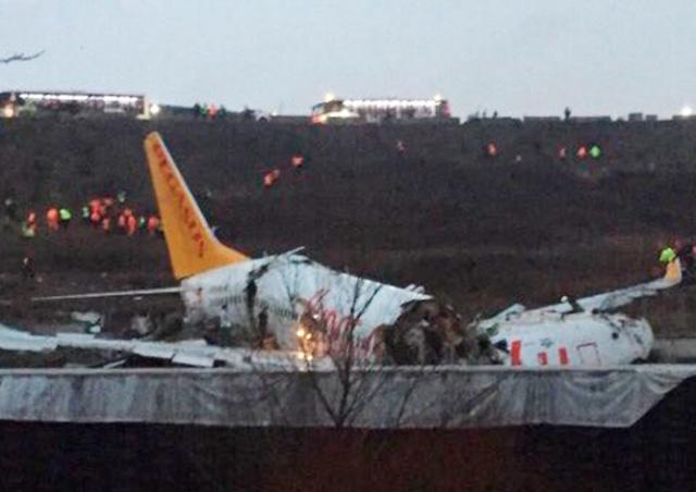 Самолет потерпел крушение при посадке в Стамбуле