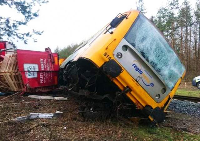 Столкновение поезда и фуры в Чехии попало на видео