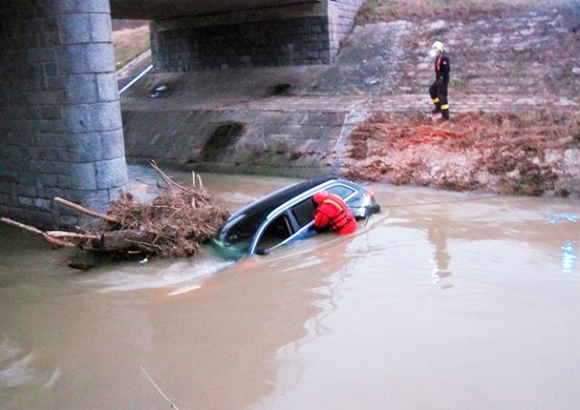 В Чехии иностранцы пытались скрыться от полиции и утопили свое авто