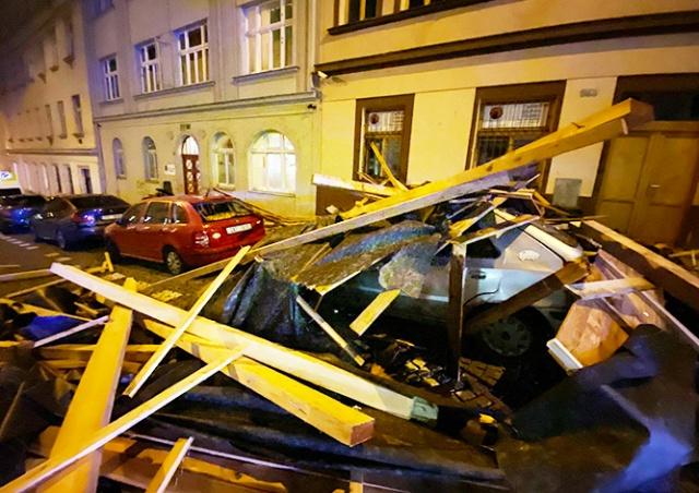 В Праге сорванная ветром крыша упала на припаркованные авто