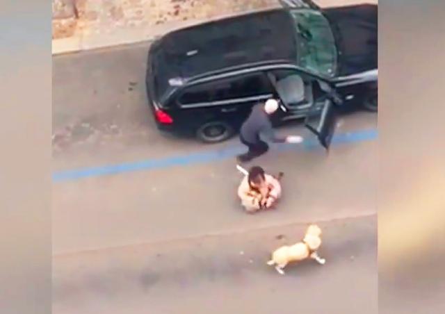 В Праге таксист вытолкал из машины незрячую пассажирку: видео