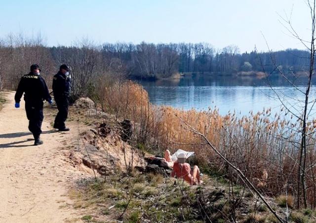 Тяжело всем: в Чехии полиция заставила нудистов надеть маски