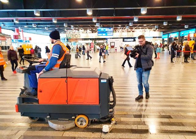 На вокзалах Праги установили стойки с дезинфицирующим средством