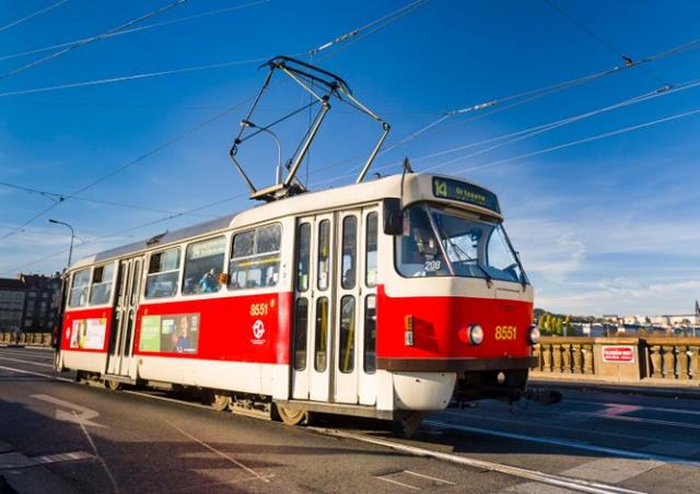 Из-за коронавируса в трамваях и метро Праги отключили кнопки открытия дверей