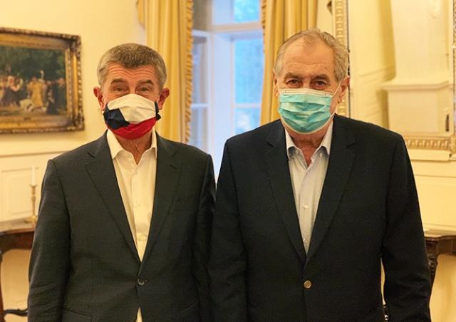 Президент и премьер Чехии сфотографировались в масках