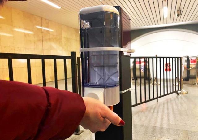 В метро Праги установили дозаторы для дезинфекции рук