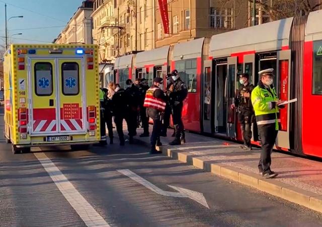 В Праге мужчина ножом угрожал пассажирам. Полиция открыла огонь