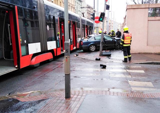 Трамвай столкнулся с автомобилем в центре Праги