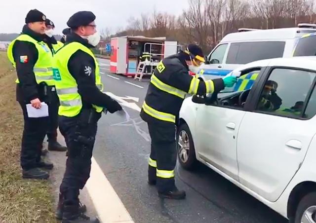 Чехия начала проверять водителей на коронавирус на своих границах