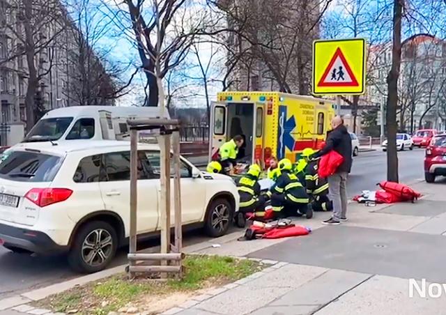 В Праге водитель сбил на пешеходном переходе мать с двумя детьми