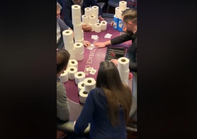 На покерном турнире в Лондоне сыграли на туалетную бумагу: видео