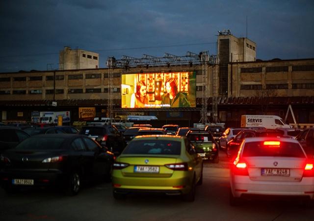 В Праге открылся автомобильный кинотеатр: видео