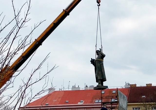 В Праге демонтировали памятник Коневу: видео